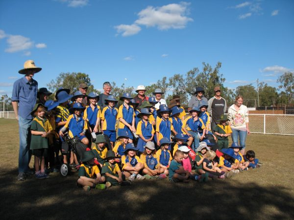 Greg Norman Golf Foundation professional Doug Gardner (back row white hat) poses with students, parents and staff at Duaringa Primary School.